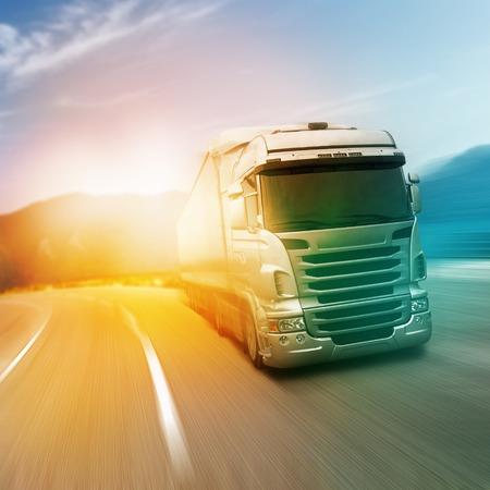 přepravní: Gray kamion na dálnici silnici v sunlights Reklamní fotografie