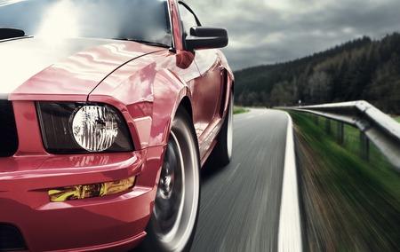 car: Coche deportivo rojo por un camino estrecho