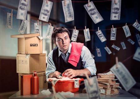 banco dinero: Hombre de negocios asustado est� lavando dinero en el s�tano