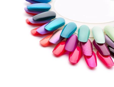 Nail barnices en muchos colores vibrantes. Aislados en blanco
