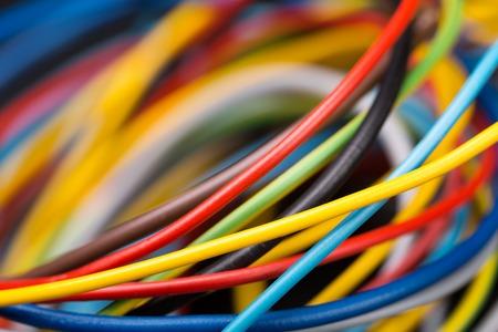 redes electricas: Cables eléctricos de colores de cerca la imagen Foto de archivo