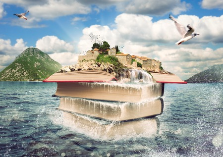 Pila de libros con una bonita isla en la parte superior. La imaginación de una historia del libro