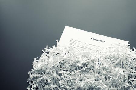 Große Haufen von weißen zerfetzten Papiere mit Vereinbarung
