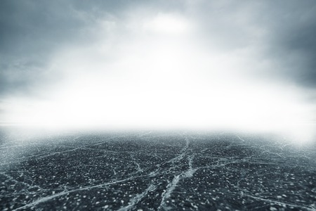 suspenso: Camino gris en densa niebla espesa