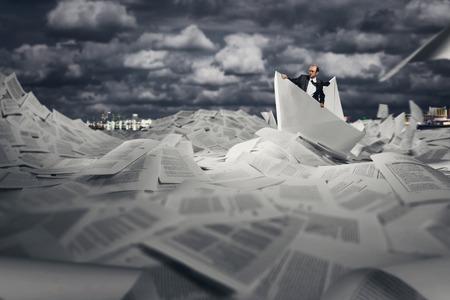 bateau: Homme d'affaires prosp�re voile sur le bateau de papier en mer