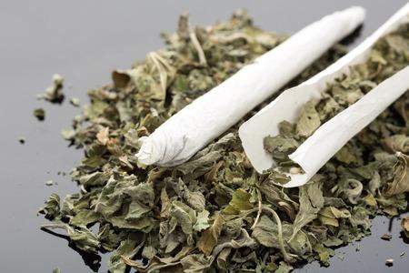 마른 마리화나와 손수 만든 담배의 근접 촬영 사진 스톡 콘텐츠 - 32264963