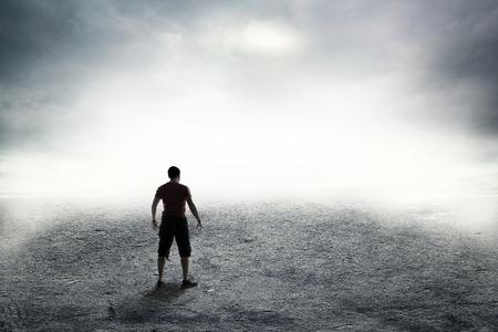 suspenso: Humano en la carretera en densa niebla espesa Foto de archivo