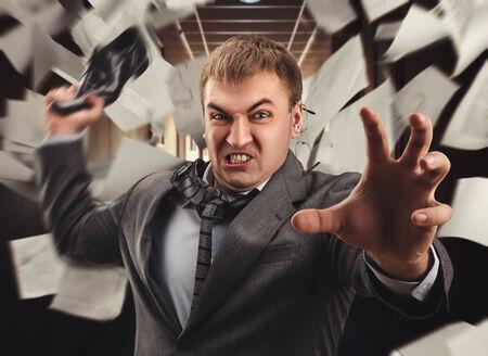 irrespeto: Oficinista Agresivo dar la batalla con un zapato
