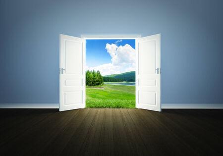 Zomer landschap achter de open deur