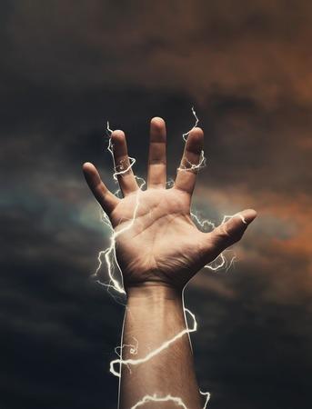 pernos: Relámpagos alrededor de la mano masculina sobre el cielo oscuro