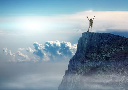배낭 예쁜 여행자 여자는 산 꼭대기에 서있다