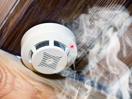 Blanc détecteur de fumée dans la pièce en bois Banque d'images - 33416362