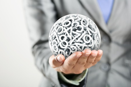 contadores: Los números aleatorios que forman una esfera en la mano de la mujer