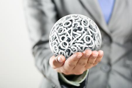 les chiffres: Nombres aléatoires formant une sphère sur la main de la femme Banque d'images