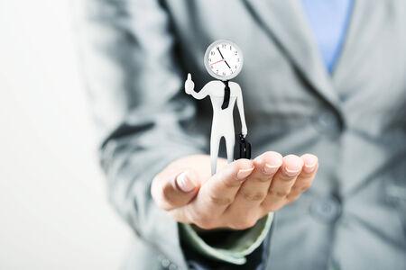 punctual: La figura de empleado de oficina puntual con una maleta en la palma Foto de archivo