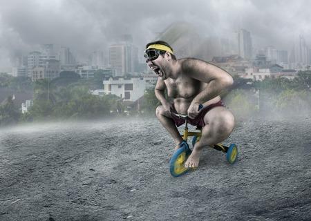 nackt: Erwachsene nackter Mann Radfahren im nebeligen Stra�e Kinderfahrrad