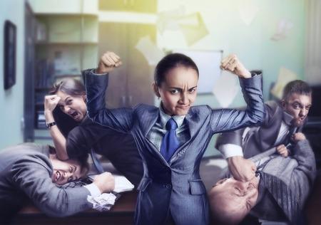 krachtige vrouw: Krachtige vrouw met vuisten in het kantoor