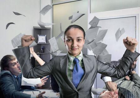 krachtige vrouw: Krachtige vrouw denken over de gevechten in het kantoor