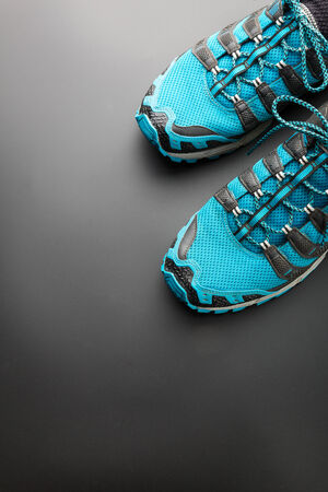 zapatos escolares: Zapatillas de deporte de color azul sobre fondo gris