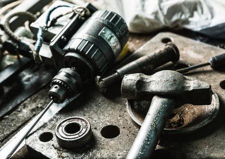 taladro: La máquina del taladro, martillo, herramientas machanic en el taller