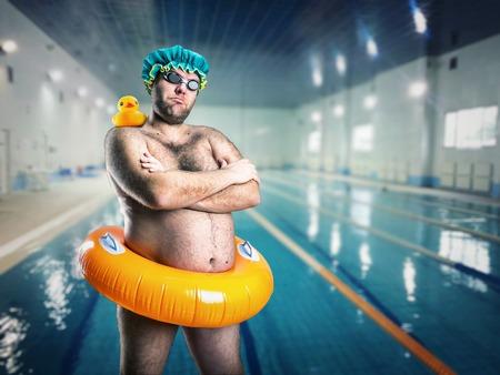 Adulto hombre extraño que se divierten en la piscina
