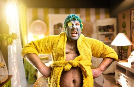 hombre fuerte: Hombre monstruo enojado con el paquete de la cara en el acogedor interior Foto de archivo