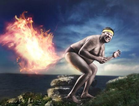 homme nu: Bizarre nu homme p�te la flamme dans la nuit Banque d'images