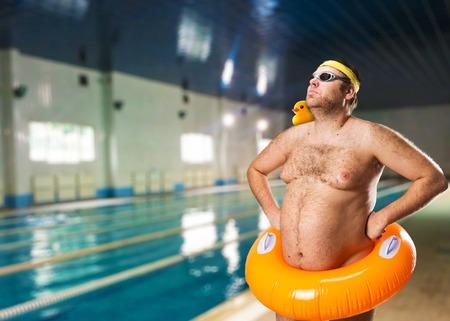 nataci�n: Freak hombre que se divierten en la piscina