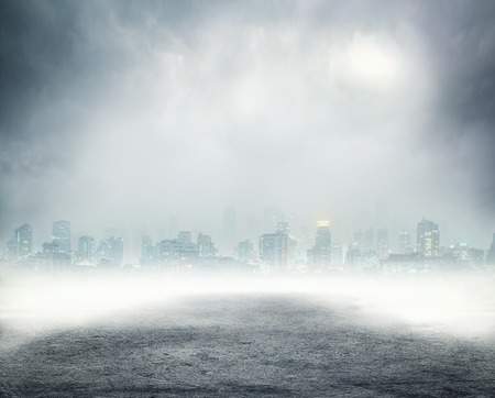 mojada: Oscuro calle vacía con edificios