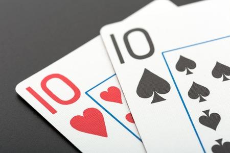jeu de carte: Deux cartes à jouer des dizaines sur fond gris Banque d'images