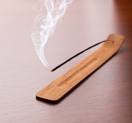 incienso: Palillos del incienso en la mesa de madera Foto de archivo