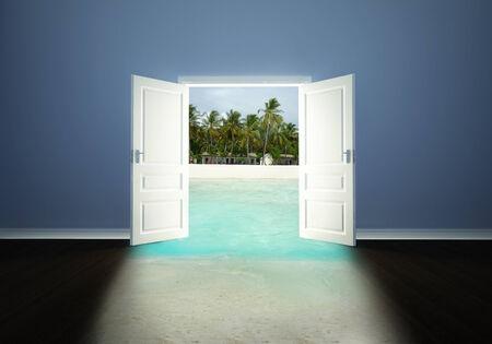 abrir puerta: Puerta blanca abierta a la playa tropical