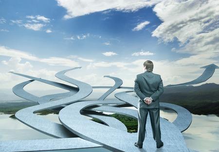 toma de decision: El hombre de negocios es la elecci�n de su camino en la naturaleza de fondo Foto de archivo