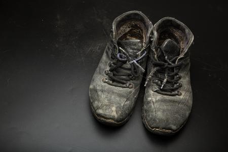 Vecchie scarpe consumate sul pavimento Archivio Fotografico