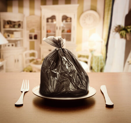 basura: Paquete de basura en el plato en el apartamento de lujo Foto de archivo