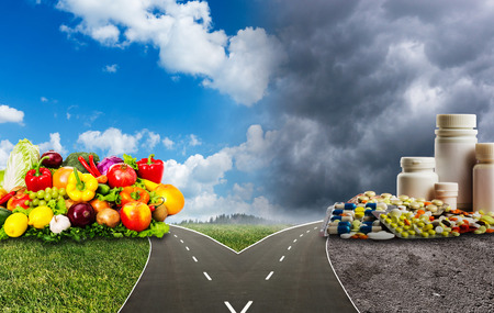 comida sana: Nutrición opciones dilema entre la alimentación sana o píldoras médicas Foto de archivo