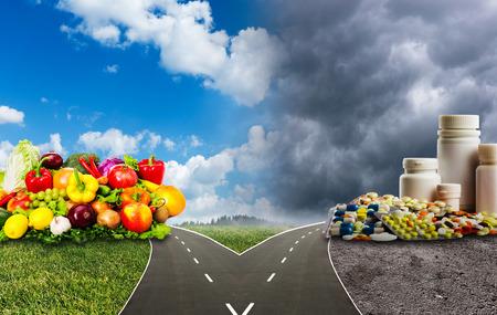 symbole chimique: Nutrition choix dilemme entre des aliments sains ou des pilules m�dicaux