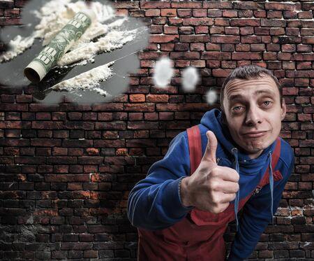 druggie: Un uomo con il pollice in su pensando a farmaci