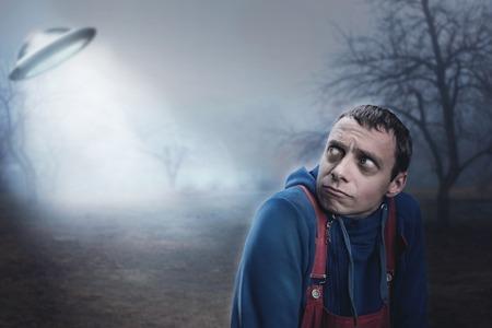 男の夜の UFO におびえて