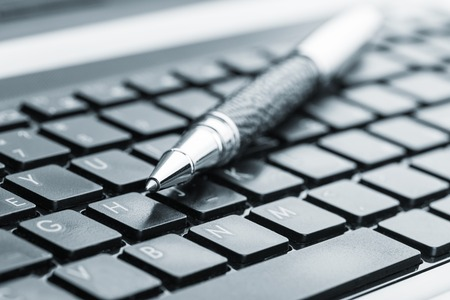 keyboard: L�piz negro en el teclado del ordenador port�til Foto de archivo
