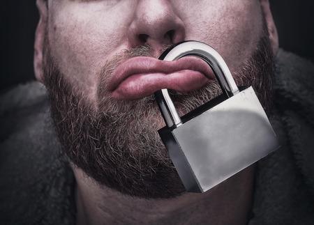 Gros plan des lèvres de sexe masculin avec un verrou
