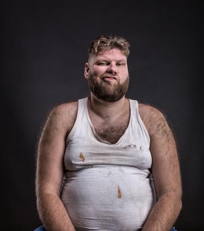 camisas: Hombre infeliz gordo con barba en camisa sucia sobre fondo oscuro