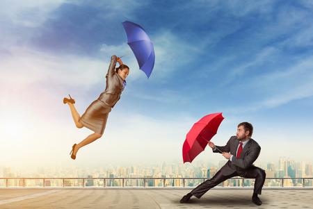 falta de respeto: La gente de negocios que luchan con los paraguas en el techo