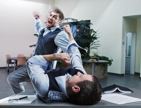personas discutiendo: Dos hombres de negocios furiosos que luchan en la oficina