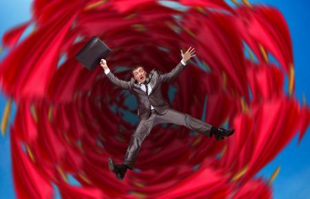 El hombre de negocios cae en abismo sobre rojo Foto de archivo