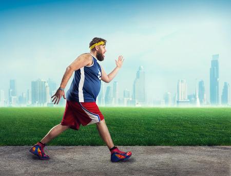 オープンエアで実行されている脂肪のスポーツマン