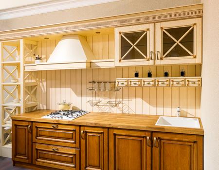 muebles de madera: Espacioso interior Cocina moderna con muebles de madera Foto de archivo