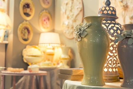 ceramica: florero de cerámica en primer plano entre la vendimia