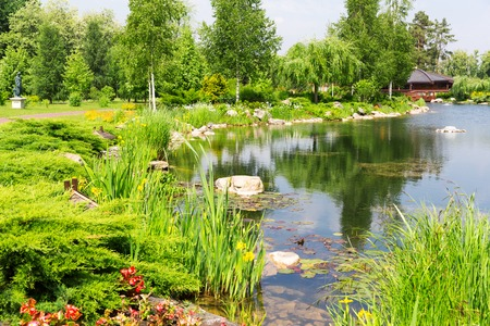 summerhouse: Beautiful green park with wooden summer-house and lake