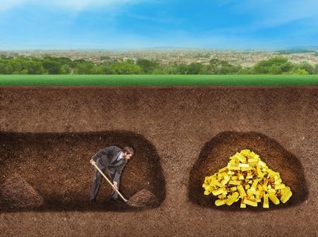 Zakenman graaft een tunnel naar schat ondergronds